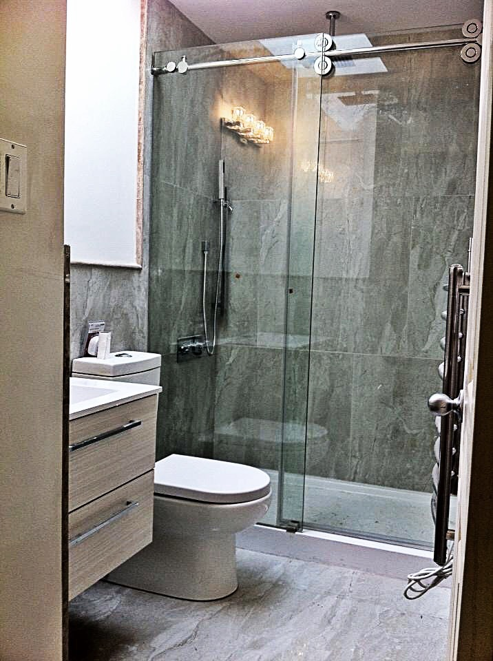 Standing shower with sliding door